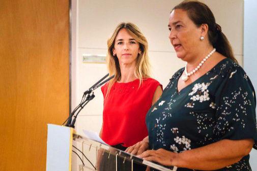 La presidenta de la AVT, Maite Araluce, junto a Cayetana Álvarez de...