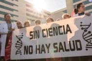 Investigadores del Hospital La Fe de Valencia concentrados para denunciar la precariedad de los 331 trabajadores.