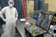 Ignacio Arruego junto a la maleta en la que se llevó a EEUU un sensor el pasado marzo