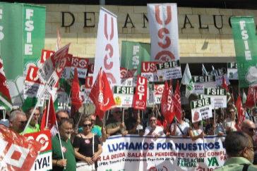 Delegados sindicales de la enseñanza concertada en Andalucía, este jueves a las puertas de la Consejería de Educación.