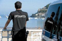 Un Ertzaina vigila este verano en la playa de La Concha, en San Sebastián