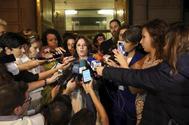Adriana Lastra, portavoz del PSOE, atiende a los medios al finalizar la reunión.