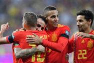 Alba, Rodrigo y Navas felicitan a Alcácer tras su gol.