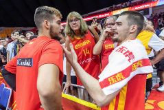 Guangzhou (China).- Willy <HIT>Hernangomez</HIT> Geuer of Spain (L) and Juancho <HIT>Hernangomez</HIT> of Spain (R) talk with supporters after the FIBA Basketball World Cup 2019 match between Puerto Rico and Spain in Guangzhou, China, 02 August 2019. (Baloncesto, España) EPA/