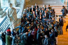 Los abogados de Carles Puigdemont (Paul Bekaert y Jaume Alonso), en Bruselas, tras la fuga del ex presidente catalán, en 2017.