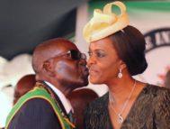 Robert Mugabe besa a su esposa Grace.