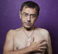 Juan Carlos Monedero, desnudo en el reportaje que publicó Crónica.