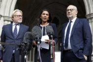 La empresaria y activista anti-Brexit, Gina Miller, comparece a la salida del Tribunal Superior de Londres, después de recibir el veredicto judicial.