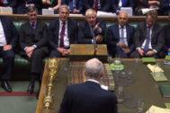 El primer ministro británico, Boris Johnson, reacciona a las palabras del líder del Partido Demócrata, Jeremy Corbyn, durante una sesión parlamentaria.