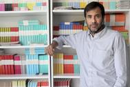 El editor, con libros con el distintivo lomo de color de Asteroide.