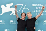 El director Sean Evans junto al músico y compositor Roger Waters.