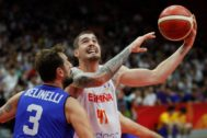 Wuhan (China).- <HIT>Juancho</HIT> Hernangomez (R) of Spain in action against Marco Belinelli of Italy during the FIBA Basketball World Cup 2019 group J second round match between Spain and Italy in Wuhan, China, 06 September 2019. (Baloncesto, Italia, España) EPA/