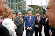 El fundador del grupo OHL, Juan Miguel Villar Mir (en el centro), en presencia de Esperanza Aguirre, en la inauguración de los Teatros del Canal de Madrid, en 2008.