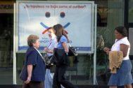 Cartel con una oferta hipotecaria en una entidad financiera de Madrid.
