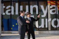Carles Puigdemont y Amadeu Altafaj ante la Delegación de Bruselas.