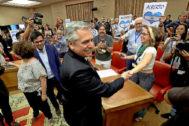 El candidato peronista, Alberto Fernández, jaleado por sus seguidores, y al lado de Gloria Elizo y Gerardo Pisarello, en una sala del Congreso.