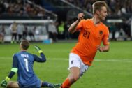 De Jong festeja ante Neuer su gol en Hamburgo.