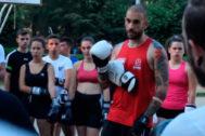 """""""Forjar militantes comunistas"""". Es el propósito del campo de entrenamiento de las juventudes de este partido marxista-leninista. Arriba, Roberto Vaquero practicando boxeo con los participantes."""