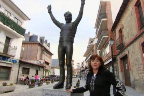 Blanca Fernández Ochoa en Cercedilla, su pueblo, junto a la estatua...