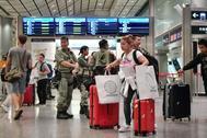 Antidisturbios en la estación  Airport Express en Central, que proporciona enlaces con el Aeropuerto Internacional Chek Lap Kok, en Hong Kong.