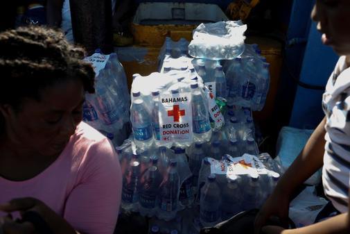 Botellas de agua, con el logotipo de la Cruz Roja, en un ferry en el...