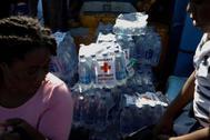 Botellas de agua, con el logotipo de la Cruz Roja, en un ferry en el puerto gubernamental de Marsh Harbour durante una operación de evacuación después de que el huracán Dorian golpeara las islas Abaco en Marsh Harbour, Bahamas.