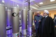 foto de archivo entregada por la oficina presidencial muestra al presidente iraní Hassan Rouhani (R) y al jefe de la organización de tecnología nuclear iraní Ali Akbar Salehi inspeccionando tecnología nuclear con motivo del Día Nacional de Tecnología Nuclear de Irán en Teherán, Irán.