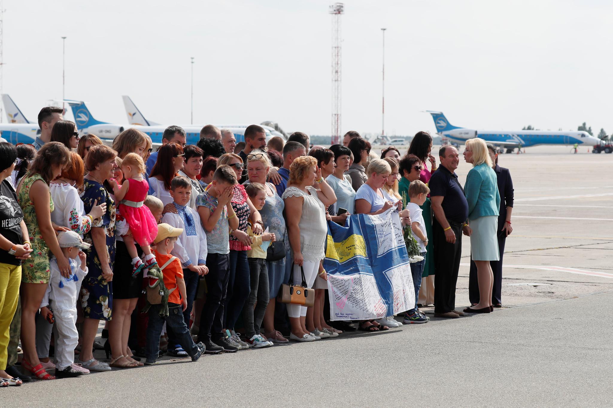 Familiares de presos ucranianos esperan en el aeropuerto de Borispil...