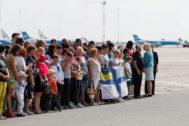 Familiares de presos ucranianos esperan en el aeropuerto de Borispil  a las afueras de Kiev.