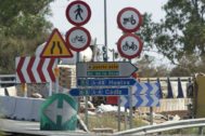 Obras a la salida de la SE-30 en Sevilla con carteles que indican la dirección hacia las autovías de Cádiz y Huelva.