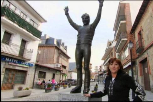En su pueblo junto a la estatua de Paco Fernández Ochoa.