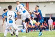 Una de las jugadas del partido disputado en la ciudad deportiva de Levante.
