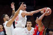 ***CORRIGE LUGAR***GRAF7198. WUHAN (CHINA).- El escolta de la Selección de baloncesto de Puerto Rico David Huertas (d) intenta zafarse de los serbios el pívot Boban <HIT>Marjanovic</HIT> (c) y el base Stefan Jovic (i) este viernes durante el partido celebrado en Wuhan (China) entre Serbia y Puerto Rico, del Grupo J, en la segunda fase del Mundial de Baloncesto de China 2019.