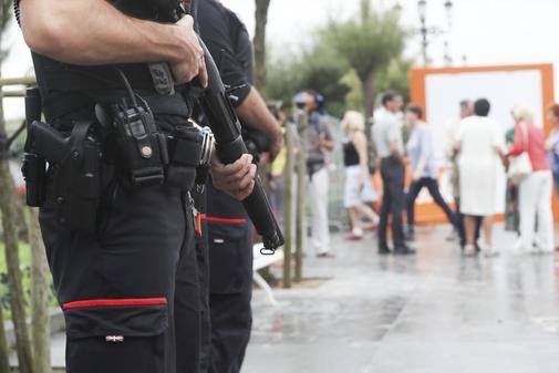 Presencia de Ertzainas armados durante la concentracion en repulsa del...