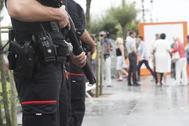 Presencia de Ertzainas armados durante la concentracion en repulsa del Atentado de Barcelona en San Sebastian frente al Ayuntamiento con presencia del Lehendakari Inigo Urkullu 18/08/2017