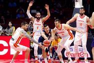GRAF8444. <HIT>WUHAN</HIT> (CHINA).-Los jugadores de la selección española Víctor Claver (d) y Juancho Hernángomez (i) disputan el balón ante el jugador de Serbia Nemanja Bjelica (c) durante el partido del Grupo J del Mundial de Baloncesto de China, disputado en el <HIT>Wuhan</HIT> Sports Center de la ciudad china de <HIT>Wuhan</HIT>.