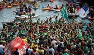 La afición de Hondarribia celebra el triunfo de su trainera en la rampa del puerto de San Sebastián.