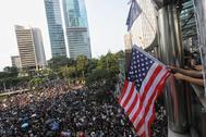 Multitudinaria manifestación a las puertas del consulado de EEUU en Hong Kong.