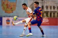 GRAF8125. GUADALAJARA.- El jugador del FC Barcelona, Ricardo (d), disputa el balón ante el jugador del Pozo Murcia, <HIT>Andresito</HIT>, durante el encuentro correspondiente a la Supercopa de España disputada esta noche en Guadalajara.