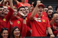 Leclerc y Vettel, en los festejos de Ferrari en Monza.