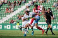 Una de las jugadas del partido, en el Martínez Valero este domingo.