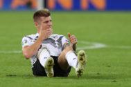 Kroos, en el césped, durante el partido ante Holanda.