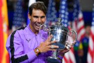 Rafa Nadal muerde el trofeo conquistado ante Medvedev.