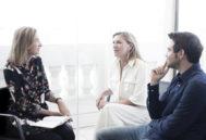 Marta Michel  Directora de Yo Dona  En un momento de la entrevista con María Dolores de Cospedal junto al periodista de El Mundo Javier Negre.