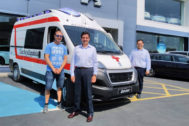 Jose María Gil, realizando la entrega de la ambulancia.
