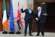 El primer ministro irlandés, Leo Varadkar,  junto a Boris Johnson este lunes.
