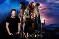 El actor y cantante Daniel Diges, junto al cartel de 'El Médico'.