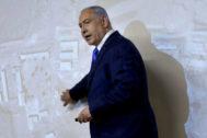 Netanyahu señala las imágenes de las instalaciones nucleares.