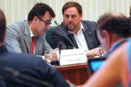 Lluís Salvadó, junto a Oriol Junqueras, en una comisión parlamentaria cuando ambos eran los responsables de las finanzas de la Generalitat.