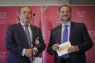 El presidente de AVE, Vicente Boluda, y el ministro de Fomento, José Luis Ábalos, este lunes en Valencia.